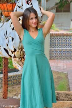 wpid-pretty-girl-in-green2.jpg